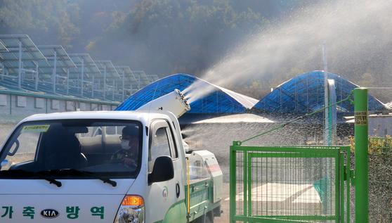 농림축산식품부가 28일 전북 정읍의 오리농장에서 고병원성 조류인플루엔자(AI)가 확진됐다고 밝혔다. 사진은 지난 11일 충남 천안 병천천 일대에서 방역차량이 소독을 하는 모습. 뉴스1
