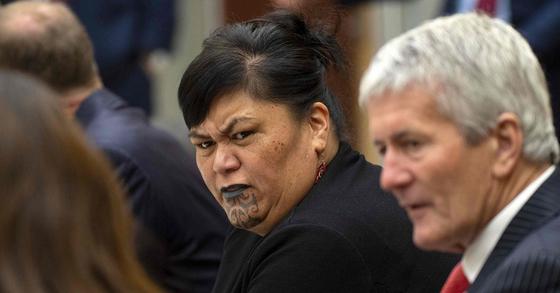 지난 2일 저신다 아던 뉴질랜드 총리 2기 내각에서 뉴질랜드 최초 여성 외무장관에 임명된 나나이아 마후타(50). 마후타는 마오리족 출신 의원이자, 얼굴에 문신한 최초의 여성의원이다. [AFP=연합뉴스]