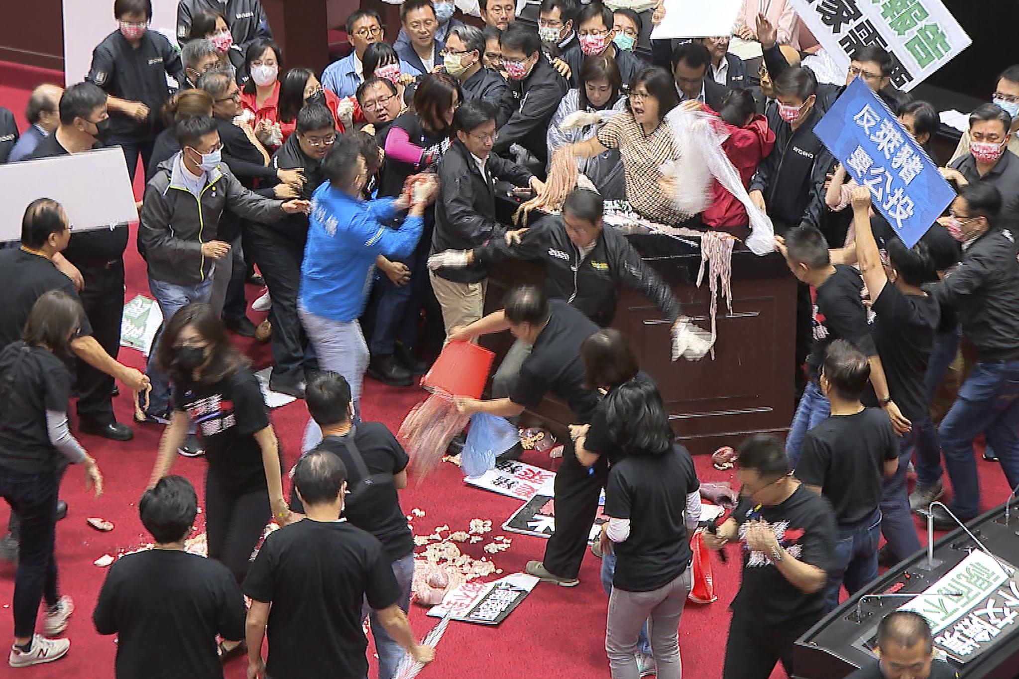 27일 대만 여야 의원들이 타이베이에서 열린 의회 회기 중 충돌하고 있다. AP=뉴시스