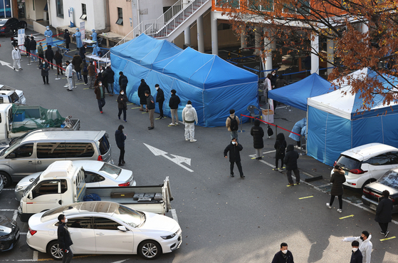 27일 동작구청에 마련된 선별진료소에 시민들이 코로나19 검사를 받기 위해 줄을 서 있다. 연합뉴스