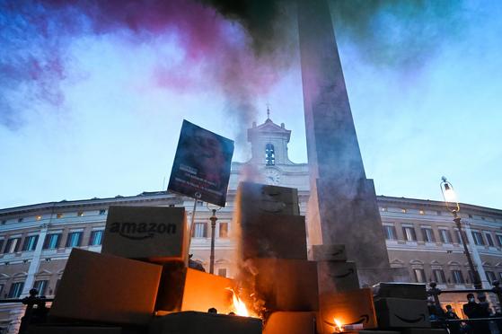 지난 27일(현지시간) 아마존 배송 상자를 불태우며 항의 시위를 벌이는 이탈리아 노동자들. AFP=연합뉴스