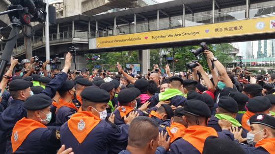반정부 집회 참석자들 막는 태국 경찰들. 연합뉴스