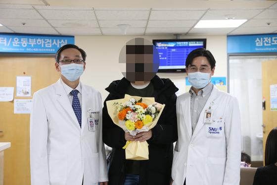 소아흉부외과 임홍국 교수, A군, 소아청소년과 김기범 교수의 모습. 사진 서울대병원