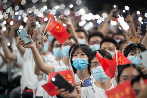 지난 9월 중국 우한대학교 학생들이 마스크를 쓰고 졸업식에 참여했다. [연합뉴스]