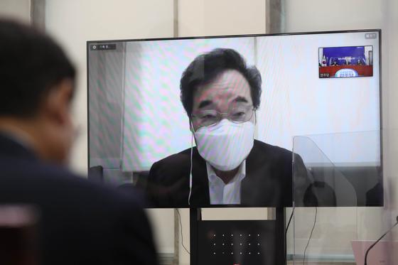 이낙연 더불어민주당 대표가 25일 서울 여의도 국회에서 열린 당 최고위원회의에서 화상으로 참석해 모두발언을 하고 있다. 국회사진기자단