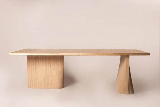 에이스임업과 디자이너 왕현민이 협업해 만든 우드슬랩 테이블. 직선과 곡선, 평면과 곡면의 적절한 조합으로 부드러우면서도 견고한 이미지를 조형화했다. [사진 서울디자인재단]