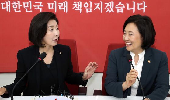 나경원(왼쪽) 전 자유한국당 원내대표와 박영선 중소벤처기업부 장관. 뉴스1