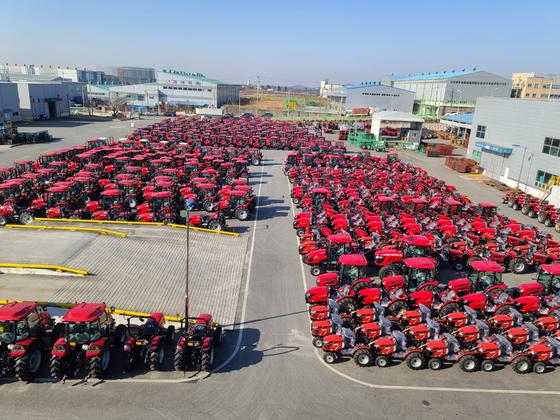 지난 25일 전북 익산 동양물산기업 공장에 미국 수출용 트랙터 870여 대가 선적을 기다리고 있다. 익산=김영주 기자