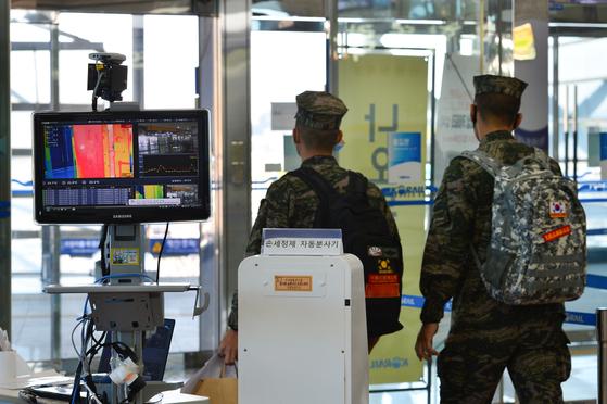 지난 25일 오전 방역당국이 경북 포항 역에서 발열체크기로 이용객들의 체온을 확인하고 있다. 뉴스1