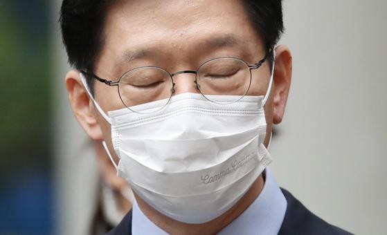 김경수 경남지사가 6일 서울고등법원에서 열린 항소심에서 실형을 선고 받은 뒤 취재진 질문에 답하고 있다. [연합뉴스]