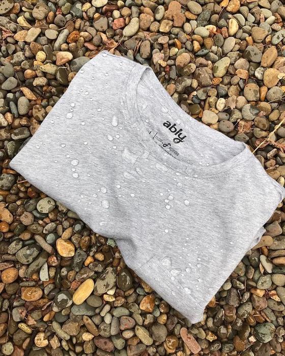 필리움 기술을 적용해 얼룩이 지거나 냄새가 배는 것을 막아주는 '에블리'의 티셔츠. 세탁을 덜해도 되는 효과가 있다. 사진 에블리 인스타그램