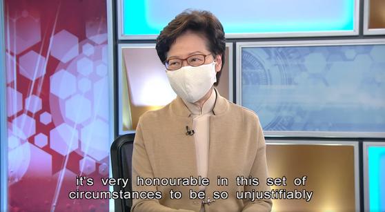 캐리 람 홍콩 행정장관이 11월 27일 홍콩국제재경방송(HKIBC)과 인터뷰에 출연해 ″미국의 제재 조치는 불공정하다″며 ″이런 상황에 처해진 게 명예롭다″고 발언하고 있다. [홍콩국제재경방송(HKIBC) 캡처]