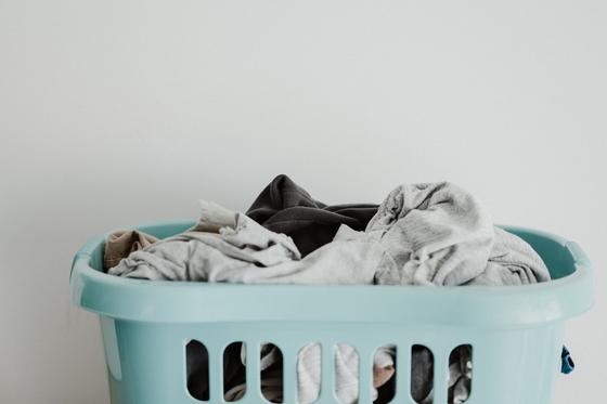 미세 플라스틱 섬유를 발생하지 않는 천연 섬유를 사용하되 되도록 낮은 온도에서 짧게 세탁하는 것만으로도 환경에 도움이 될 수 있다. 사진 Annie Spratt on Unsplash