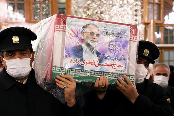 암살당한 모센 파크리자데의 관이 29일(현지시간) 이란 이맘 레자 성지에서 운반되고 있다. [로이터=연합뉴스]