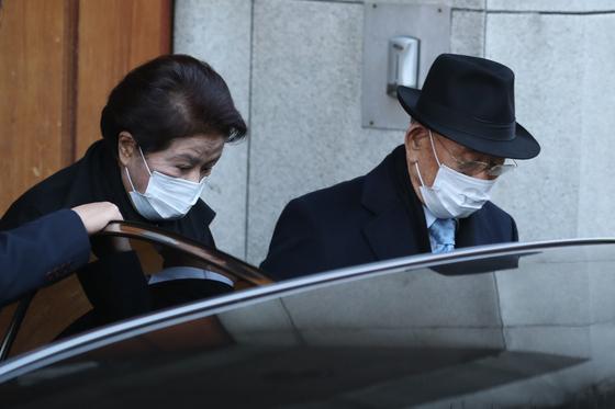 사자명예훼손 혐의로 재판을 받는 전두환 전 대통령과 부인 이순자씨가 30일 오전 광주지법에서 열리는 1심 선고공판에 출석하기 위해 서울 연희동 자택을 나서고 있다. 뉴스1