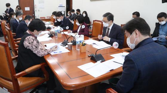 기재위 예산결산기금심사소위가 30일 오후 국회에서 기동민 소위원장 주재로 열리고 있다. 연합뉴스