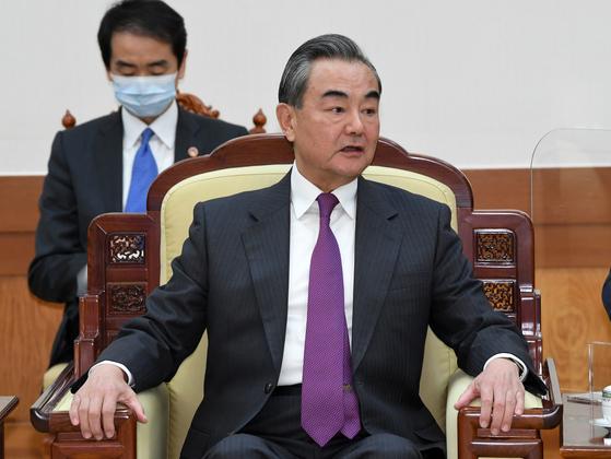 왕이(王毅) 중국 외교담당 국무위원 겸 외교부장이 지난 26일 오후 청와대에서 문재인 대통령을 예방하고 있다. [청와대사진기자단]