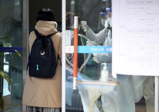 지난 21일 대구의 한 고등학교 입구에서 발열 측정을 하고 있다. 연합뉴스
