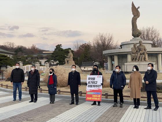 주호영 국민의힘 원내대표가 지난 29일 국민의힘 초선의원들이 1인시위를 하고 있는 서울 청와대 분수대 앞을 찾아 격려하고 있다. 뉴시스