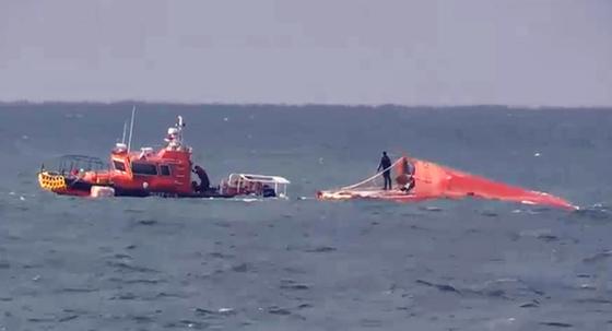 30일 오전 충남 태안해양경찰서 경찰관들이 태안 앞바다에서 조업 중 전복된 선원을 구조하고 있다. 연합뉴스