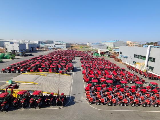 지난 25일 전북 익산의 동양물산기업 출하장에 수출용 트랙터 870여 대가 대기 중이다. 미국으로 가는 화물 컨테이너를 구하지 못해 공장 관계자들이 발을 구르고 있다. 김영주 기자