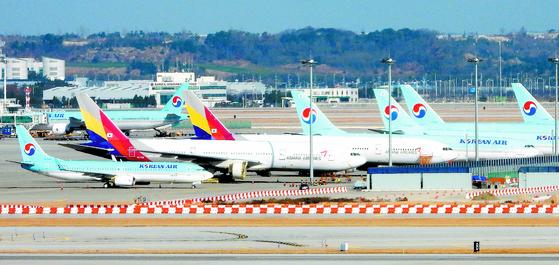 지난 25일 인천국제공항에서 대기 중인 대한항공과 아시아나항공 항공기의 모습. [뉴스1]
