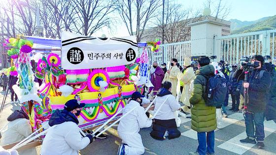 지난 28일 정부과천청사 앞 추미애 법무부 장관 규탄 집회에 '근조 민주주의 사망'이라고 적힌 현수막을 두른 꽃상여 차량이 등장했다. [사진 자유연대]