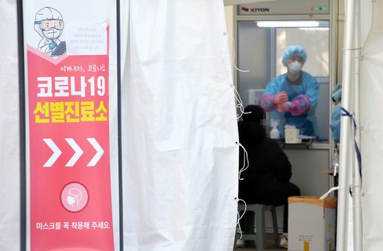 30일 충북 청주의 한 보건소에 마련된 코로나19 선별진료소에서 의료진이 시민들을 검사하고 있다. 프리랜서 김성태