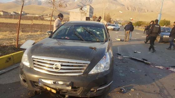27일 파크리자데가 사망했던 테헤란 인근 소도시인 아브사르드의 도로 현장에는 파편이 흐트러져 있다. 공격을 받았던 차량은 총격으로 앞유리가 뚫렸다. 총격에 앞서 도로 인근에 있던 트럭에서 폭발물도 터졌다. [로이터=연합뉴스]