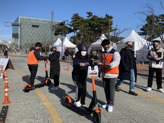 28일 세종시 정부세종컨벤션센터 홍보동 뒤편에서 도로교통공단이 '공유 PM(개인형 이동장치) 안전체험교육' 캠페인을 진행했다. / 사진제공=도로교통공단