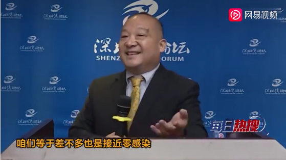"""리이가 지난 10월 중국 선전에서 열린 한 강연에서 중국에서 4000명이 코로나로 사망한 것은 (인구 대비) 사망자가 거의 없었던 것이나 마찬가지라고 경솔하게 발언해 물의를 빚었다. """"중국은 코로나 감염이 제로였던 것이나 마찬가지""""라고 발언하는 리. [왕이 동영상]"""