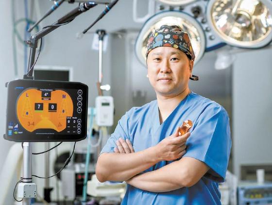 최유왕 강북연세병원장은 실시간으로 무릎의 압력을 측정하는 바이오센서를 통해 무릎 인공관절 수술의 정확도와 만족도를 높인다. 김동하 객원기자