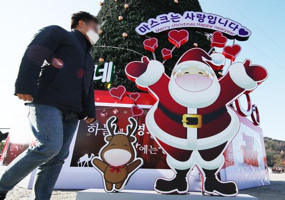 수원시 팔달구 화성행궁 광장에 크리스마스트리와 마스크를 착용한 산타 모형이 설치돼 있다. [연합뉴스]