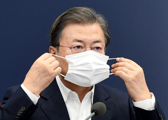 문재인 대통령이 30일 오후 청와대 여민관에서 열린 수석·보좌관 회의에서 '선공후사' 발언을 한 후 마스크를 착용하고 있다. 청와대사진기자단