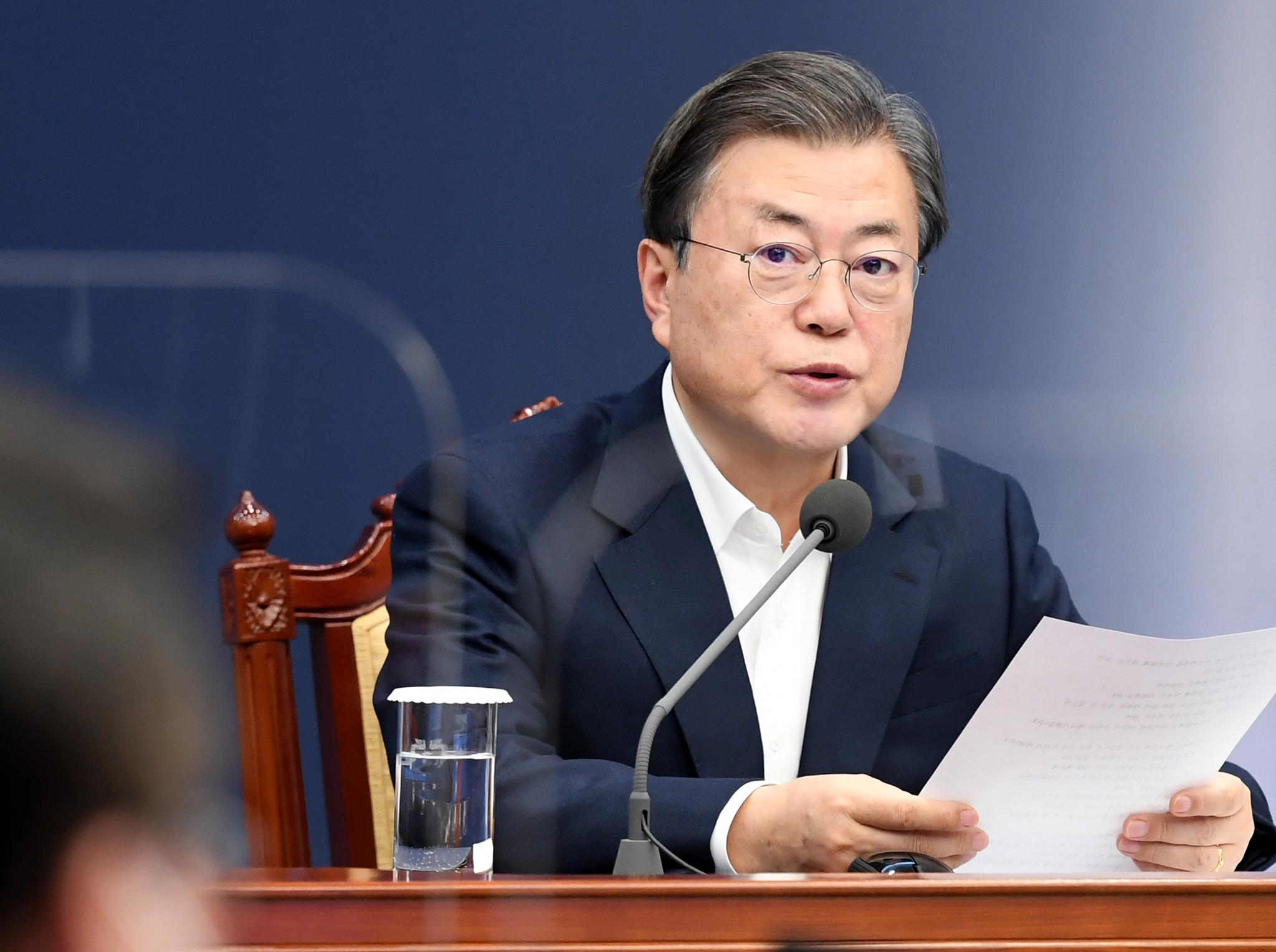 문재인 대통령이 30일 오후 청와대 여민관에서 열린 수석·보좌관 회의에서 모두발언을 하고 있다. 청와대사진기자단