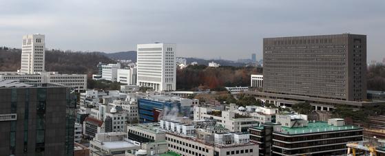 지난 29일 서울 서초구 법조타운의 모습. 제일 왼쪽 높은 건물이 대법원, 가운데가 대검찰청, 왼쪽이 서울중앙지검이다.[뉴스1]