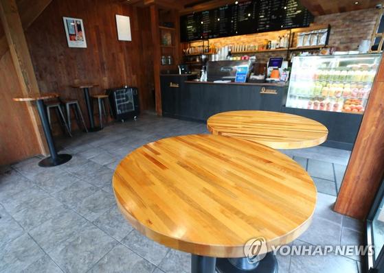 수도권 사회적 거리두기 2단계 격상 이틀째인 지난 25일 서울 시내 한 카페 내부 의자들이 모두 치워져 있다. 연합뉴스