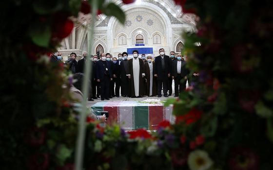 피살 당한 이란 핵 과학자 파크리자데의 관 앞에서 이란인들이 추모하고 있다. [로이터=연합뉴스]