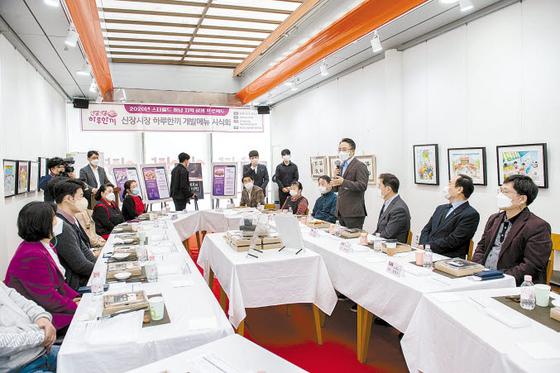 지난달 15일 하남 신장시장에서 열린 '스타필드 하남, 지역 상생 프로젝트' '하루한끼' 도시락 시식회 중 임영록 신세계프라퍼티 대표이사가 소감을 말하고 있다. [사진 스타필드 하남]