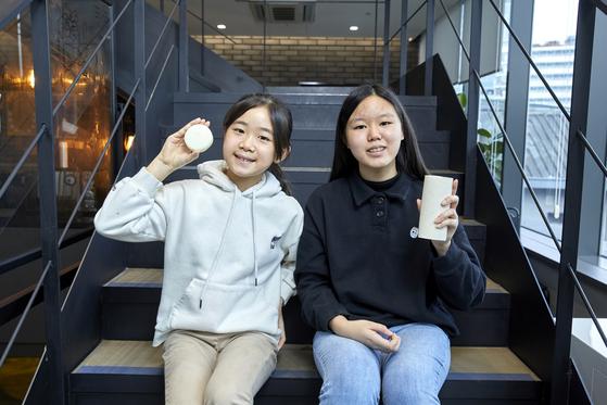 동구밭의 '올바른 아기비누 알로에'를 든 김윤아(왼쪽) 학생모델과 '올바른 설거지 워싱바'를 들어보인 김수안 학생기자. 아기비누는 1개 구매 시 1개가 아동 기관에 기부되는 'One for One' 제품이다.