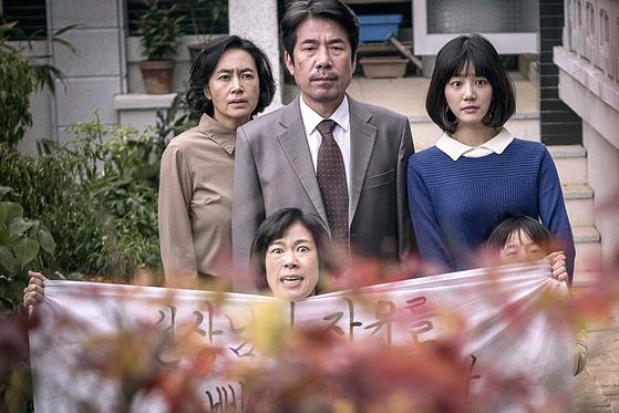 3년 전 '이웃사촌' 촬영을 마친 뒤 미투 논란에 휩싸였던 배우 오달수(위 가운데)는 이번 개봉으로 스크린 복귀했다. [사진 리틀빅픽처스]