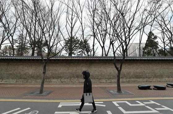 쌀쌀한 날씨를 보인 지난 29일 한 시민이 털모자를 쓴 채 서울 덕수궁 돌담길을 걷고 있다. 연합뉴스