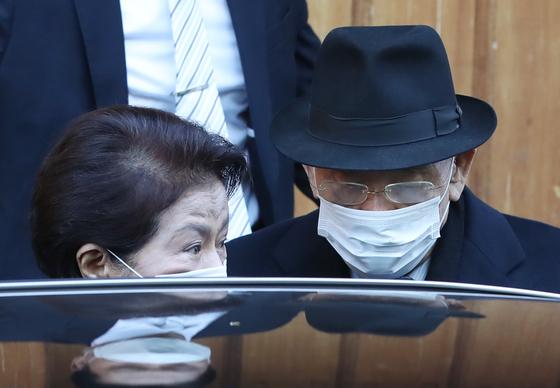 전두환 전 대통령이 광주지방법원에서 열리는 1심 선고 공판에 출석하기 위해 30일 오전 서울 연희동 자택을 나서고 있다. 왼쪽은 부인 이순자씨. 뉴시스