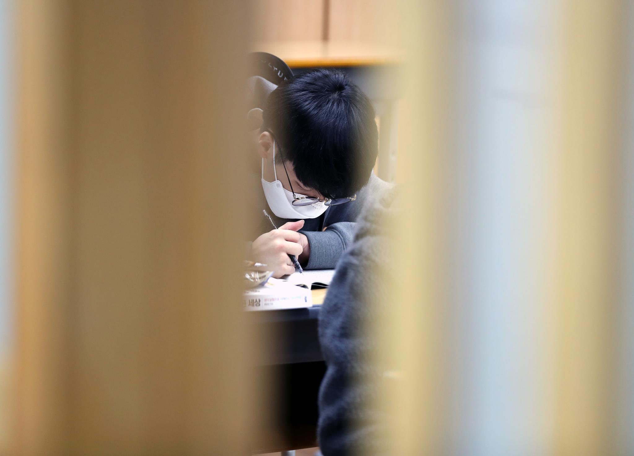 2021학년도 대학 수학능력시험을 9일 앞둔 24일 부산 한 고교에서 마스크를 쓴 고3 학생이 공부에 열중하고 있다. 연합뉴스