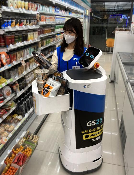 GS25 직원이 배달 로봇에 주문받은 상품을 적재하고 있다. 사진 GS리테일