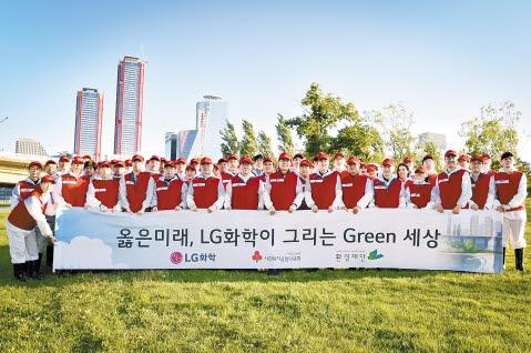LG화학은 새 사회공헌 비전인 '그린 커넥터'를 선포하고 생태계·교육·에너지·경제 등 4가지 중점 분야에서 환경가치를 극대화하는 사회공헌활동에 집중하고 있다. 사진은 서울 밤섬에서 실시한 생태계 교란식물 제거 활동.  [사진 LG화학]
