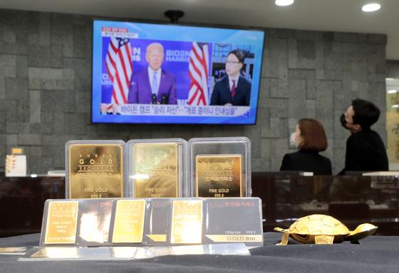 조 바이든 미국 대통령 당선인의 정권 인수 절차가 시작되면서 경기회복 기대감이 커지자 '안전자산'인 금값이 하락하고 있다. 뉴스1