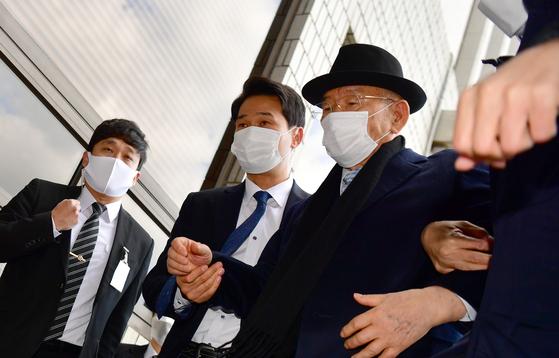 30일 낮 12시30분께 전두환 전 대통령이 피의자 신분으로 광주 동구 지산동 광주지방법원에 출석하고 있다. 연합뉴스