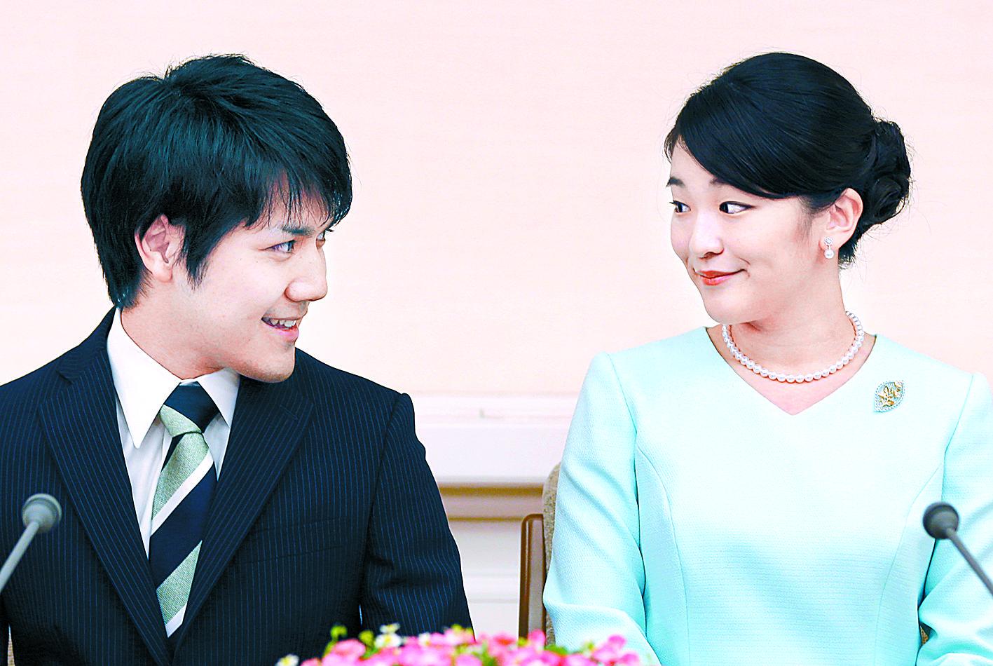 아키히토(明仁) 일왕의 큰손녀 마코(사진 오른쪽) 공주가 대학 동기 회사원과 약혼했다. AP=연합뉴스