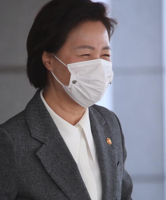 추미애 법무부 장관이 1일 국무회의를 마치고 정부서울청사를 나서고 있다. 연합뉴스